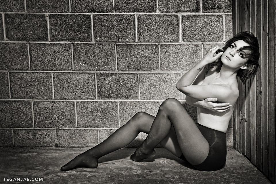 Model-Black-White-Dirty-Floor
